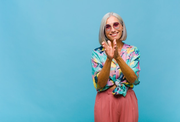 Fajna kobieta w średnim wieku czująca się szczęśliwa i odnosząca sukcesy