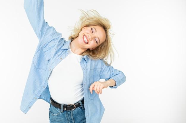 Fajna młoda energiczna dziewczyna tańczy