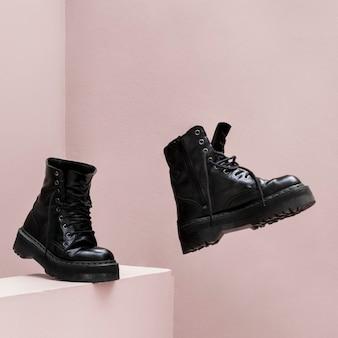 Fajne buty bojowe z różowym tłem