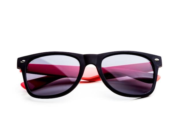 Fajne okulary przeciwsłoneczne na białym tle. w czarnej plastikowej ramie