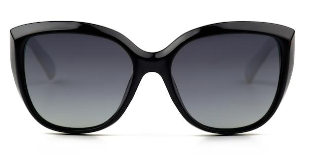 Fajne okulary przeciwsłoneczne z czarną plastikową ramką na białym tle