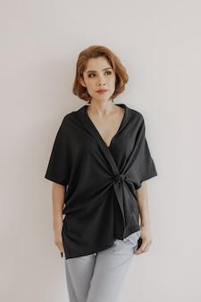 Fajnie wyglądająca ładna azjatycka kobieta w czarnej sukience