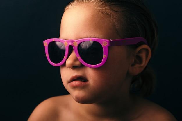 Fajny dzieciak w okularach przeciwsłonecznych