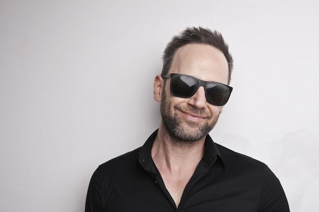 Fajny facet w okularach przeciwsłonecznych