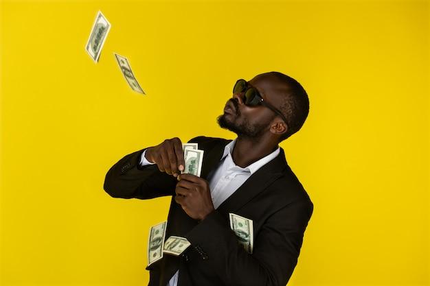 Fajny mężczyzna wyrzuca dolary