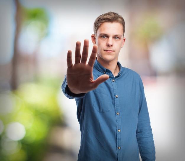 Fajny młody człowiek-zatrzymania gest