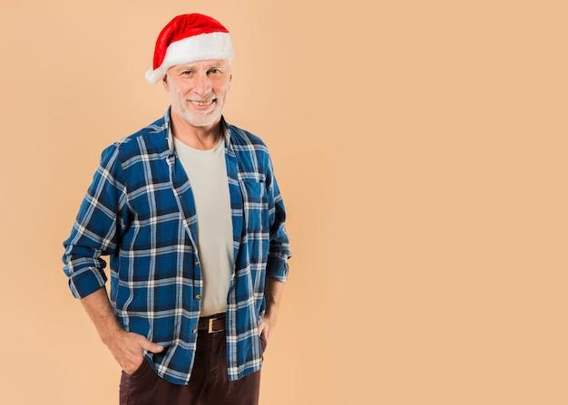 Fajny starszy człowiek z boże narodzenie kapelusz