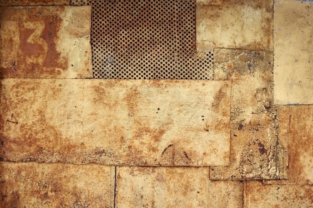 Faktura metalu, zardzewiały metal z łuszczącą się farbą, kawałki metalu ze spawami. tło, kopia przestrzeń.