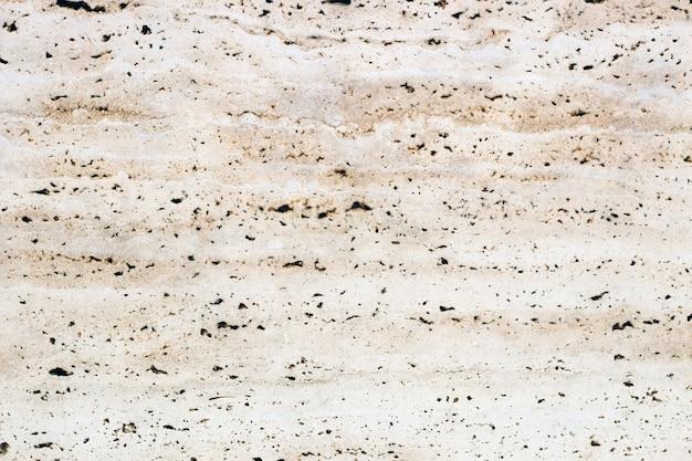 Faktura naturalnego kamienia w beżowym odcieniu jest zbliżona do marmuru.