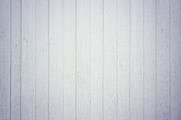 Faktura profilowanej blachy jest biała, metalowe ogrodzenie. na dach. ogrodzenie aluminiowe. płyta ścienna ze stali ocynkowanej. profilowane panele z blachy falistej. pionowe linie. tekstura żelaznego metalu.