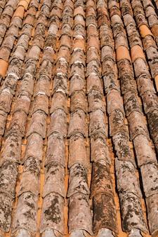 Faktura starego brązowego gontu na dachu budynku