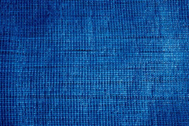 Faktura szorstkiej tkaniny z matowym jasnobrązowym kolorem. tło. trend w klasycznym niebieskim kolorze. kolor 2020. główny trend roku. niebieskie kreatywne zabarwienie.