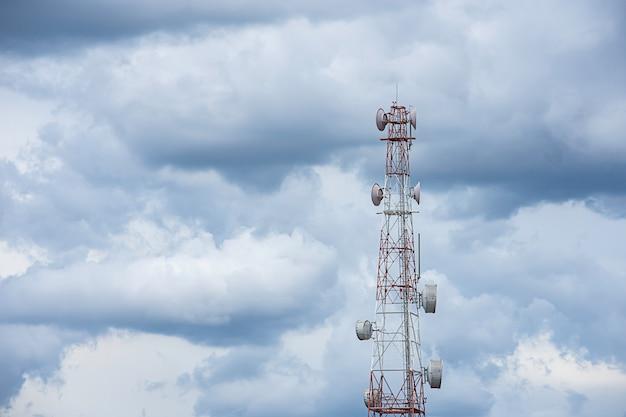 Fala maszt transmisji duży sygnał telefonu z jasnym błękitnym niebem.