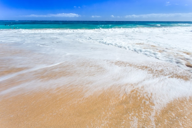 Fala morska i piaszczysta plaża
