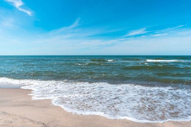 Fala morska na piaszczystej plaży, nad morzem latem