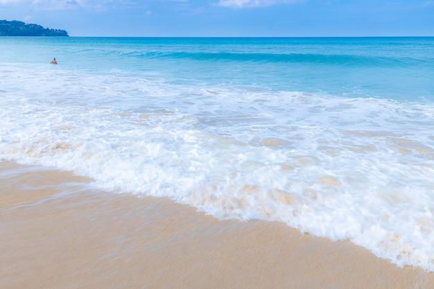 Fala morska rozlewa białą pianę na plaży