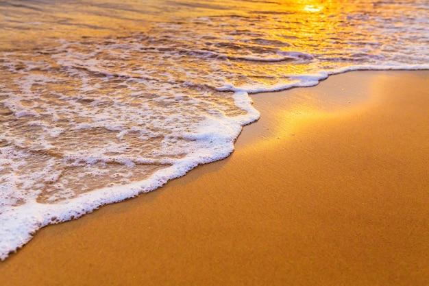 Fala na plaży w zwrotnikach przy zmierzchem