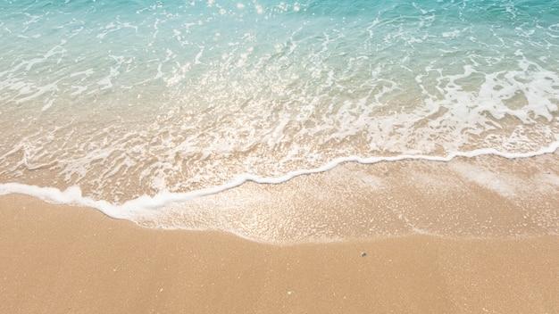 Fala niebieski ocean na piaszczystej plaży. tekstura tło.