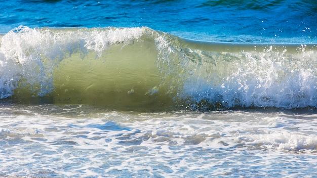 Fala oceaniczna na wybrzeżu pacyfiku kamczatki