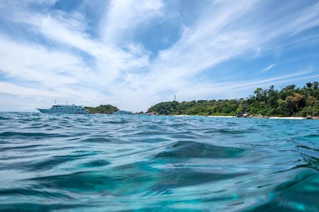 Fala piękne błękitne fale z promem na morzu