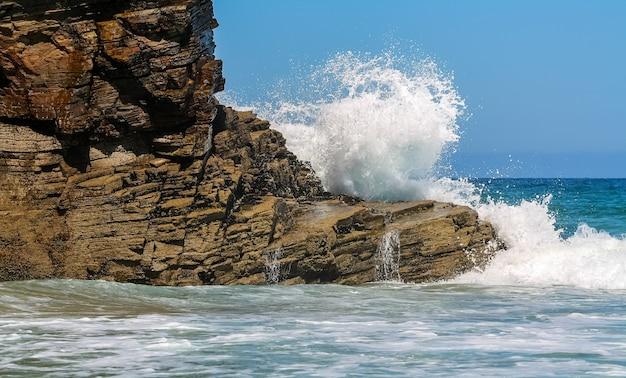Fala rozbijająca się o skały na plaży katedr galicji w hiszpanii.
