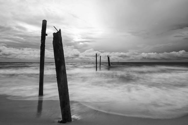 Fala ruchu uderzyła w ruinę rozpadu drewniany most na plaży przy plaży pilai phang nga tajlandia