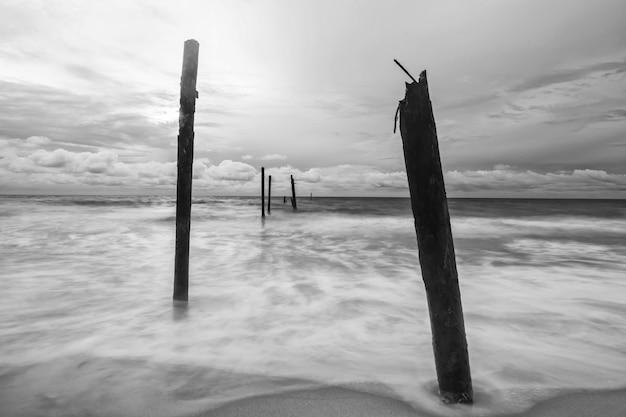 Fala ruchu uderzyła w ruinę złamał drewniany most na plaży pilai phang nga tajlandia