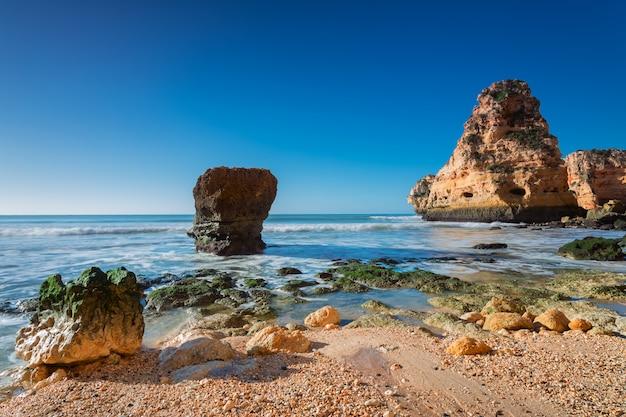 Fala surfowania morze wspaniały krajobraz. portugalia, albufeira.