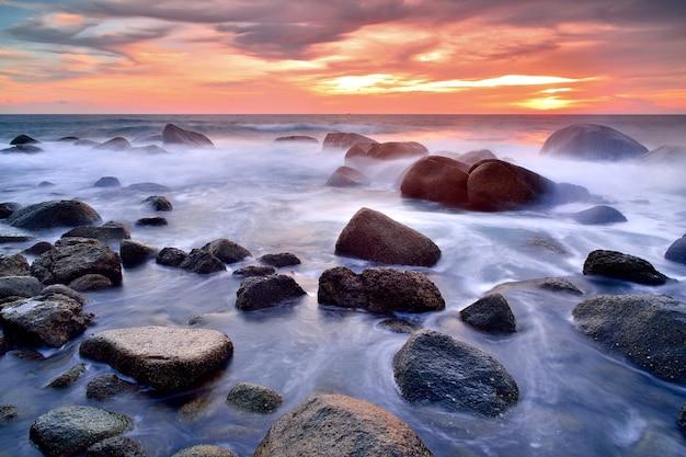 Fala uderzenia linii fal morskich na plaży