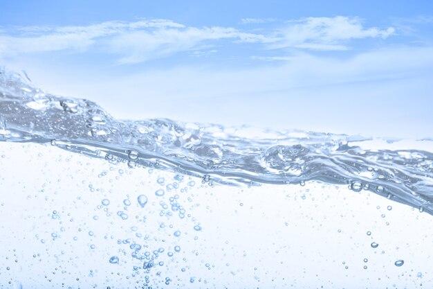 Fala wody pitnej i bąbelkowego powietrza białe tło nieba.
