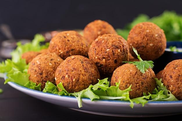 Falafel, hummus i pita. bliskowschodnie lub arabskie potrawy na ciemnym stole