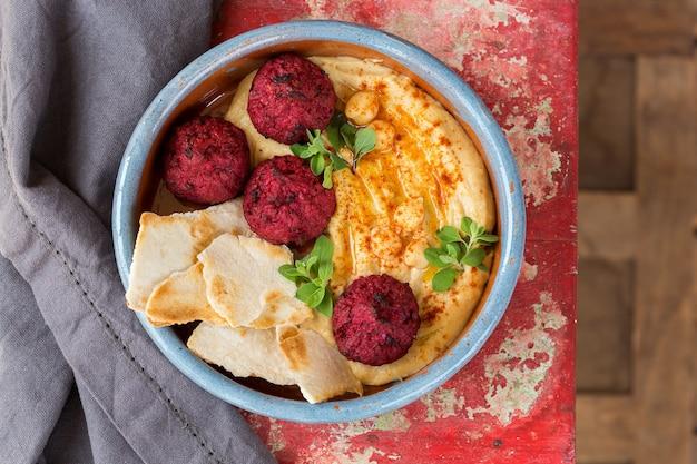 Falafel z ciecierzycy hummus z burakiem i papryką chleb pita z oliwą z oliwek