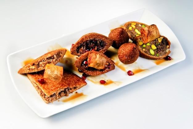 Falafel ze świeżej ciecierzycy z sosem tzatziki, selektywne skupienie