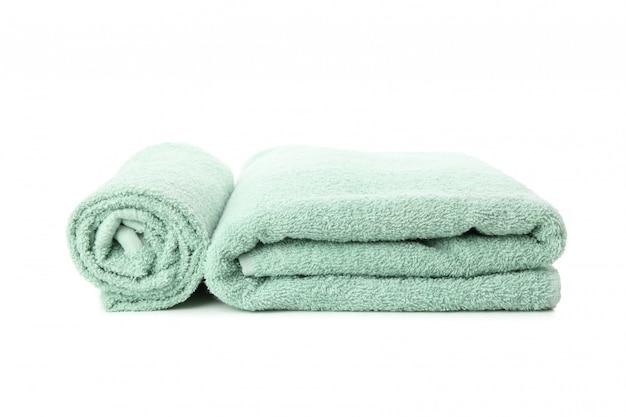 Fałdowi świezi zieleni ręczniki odizolowywający na bielu