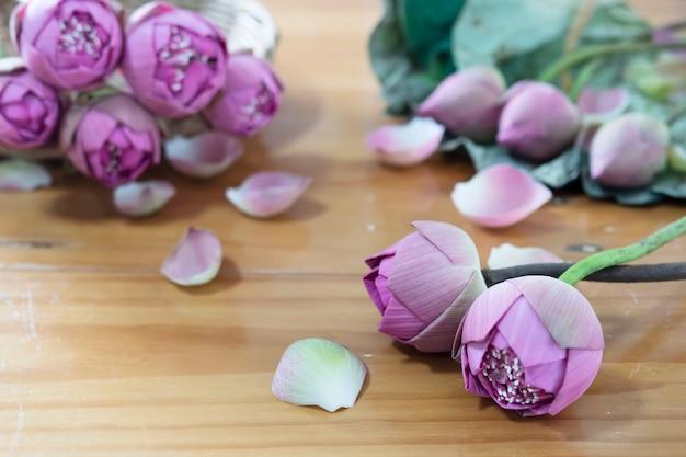 Fałdowy różowy lotos na drewnianym stole