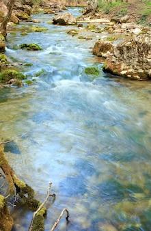 Fale i kaskady na wiosennej górskiej rzece (rzeka kokkozka, wielki kanion krymski, ukraina). ekspozycja długoterminowa.