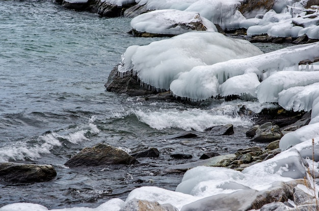 Fale i plusk na jeziorze bajkał ze skałami i drzewami w pobliżu wioski uzuri