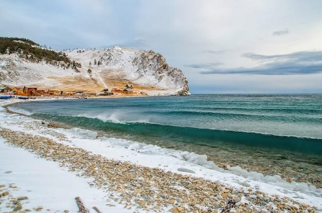 Fale i plusk na jeziorze bajkał ze skałami i drzewami w zatoce uzuri