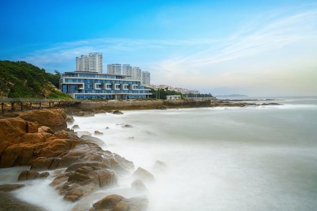 Fale i rafy, hotel przy plaży w qingdao, chiny