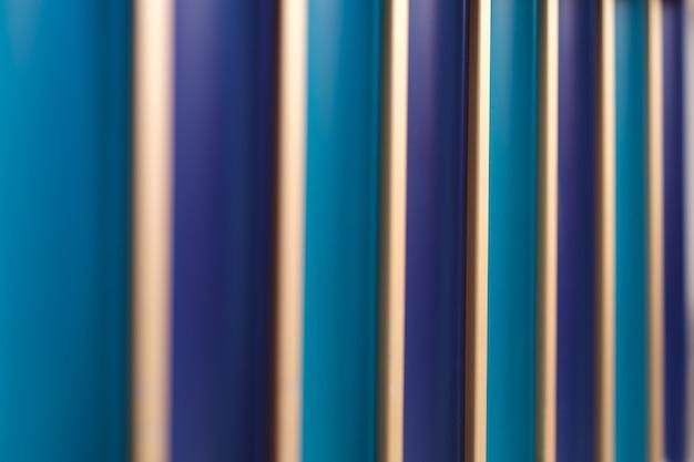 Fale linii i kształtów w odcieniach niebieskiego ze złotymi akcentami