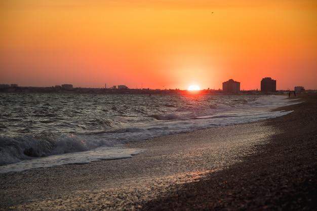 Fale morskie. morze krymskie. wysokie fale o zachodzie słońca. słoneczny dzień na morzu. plaża piaskowa
