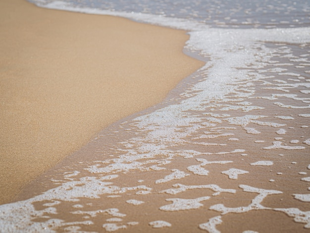 Fale morskie na brzegu plaży