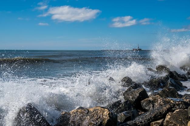 Fale morskie na wybrzeżu morza czarnego poti georgia