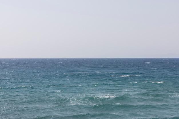 Fale morskie rozbijające się o plażę
