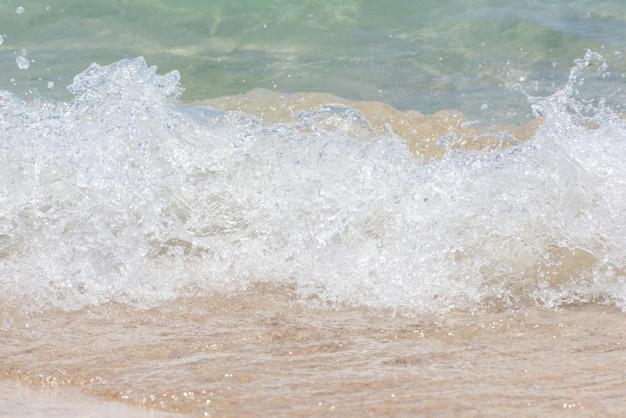 Fale morskie uderzające w plażę