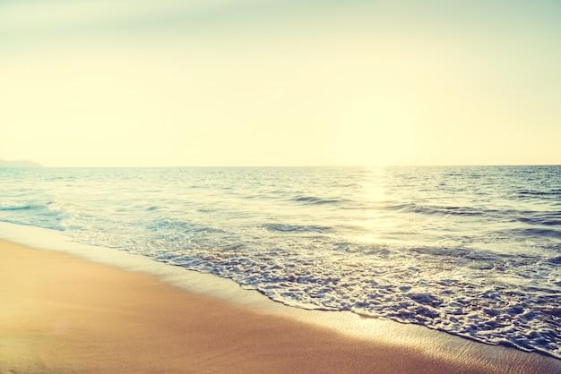 Fale morza o zachodzie słońca i odbicie słońca