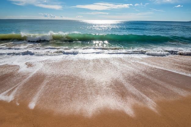 Fale na costa brava w hiszpanii