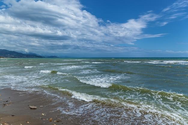 Fale na kamienistej plaży morza śródziemnego turcja jesienią alanya naturalne tło p