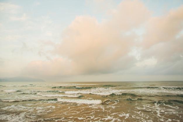 Fale na morzu. piękny pejzaż morski. ochrona środowiska. biały herb na falach. tle pięknej przyrody. siła i energia natury. powierzchnia wody