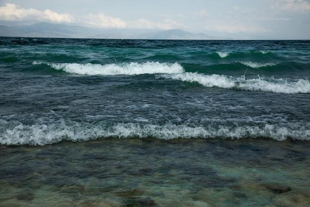 Fale na morzu w ciemny dzień